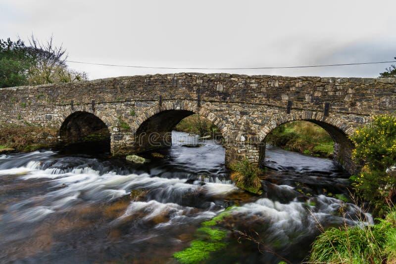 Oude Wegbrug op Dartmoor stock foto's