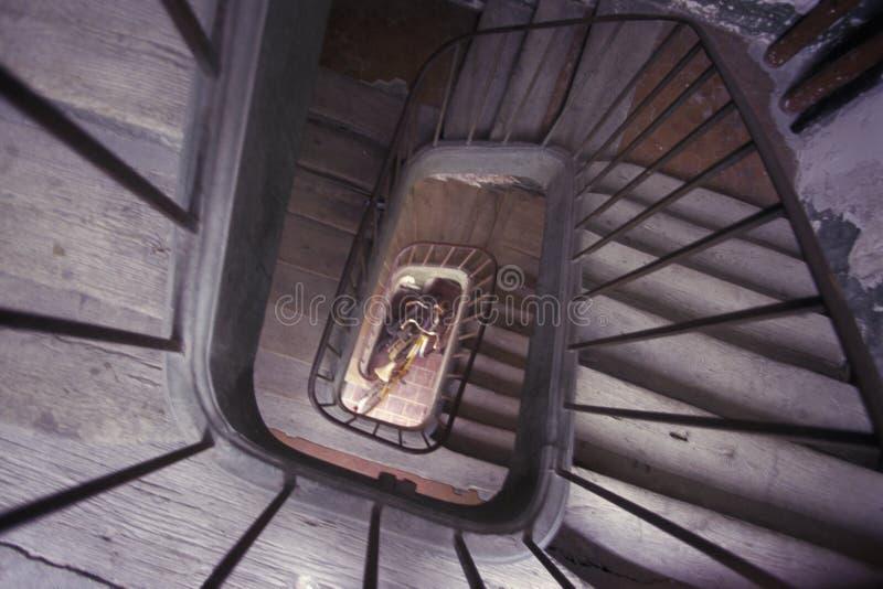 Oude wereld spiraalvormige houten trap stock foto's