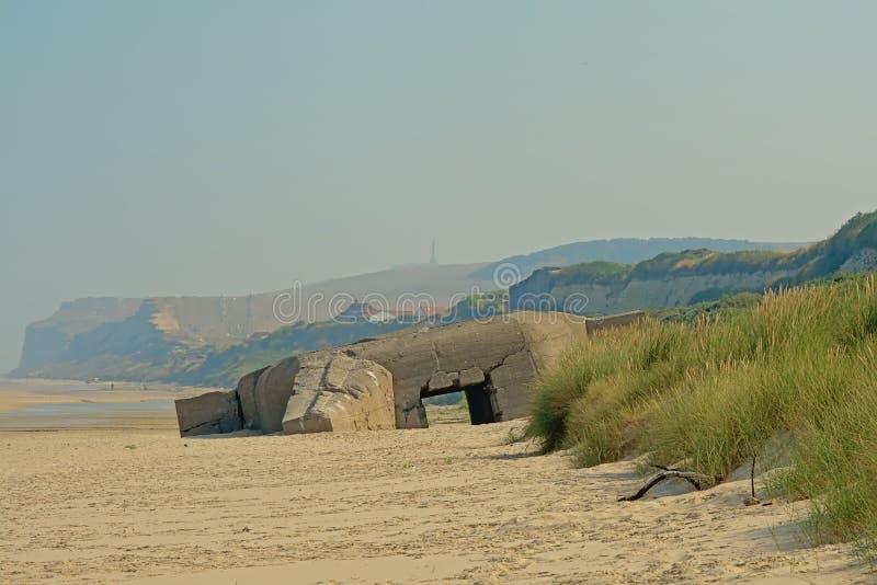 Oude Wereldoorlog IIbunker op het strand van de Franse opalen kust stock fotografie