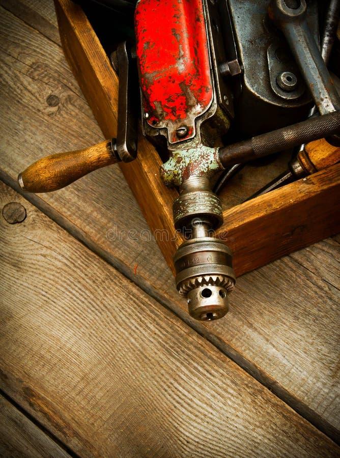 Oude werkende hulpmiddelen (boor, hamer, amaril en anderen stock foto's