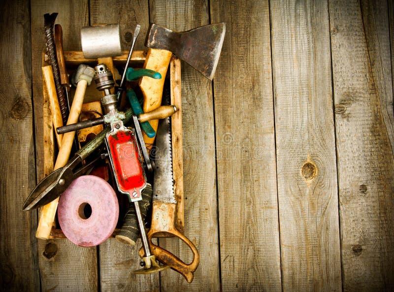 Oude werkende hulpmiddelen (boor, hamer, amaril en anderen stock fotografie