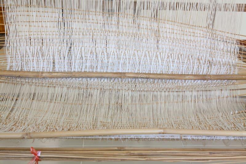 Oude wevend Weefgetouw en draad van garen stock fotografie