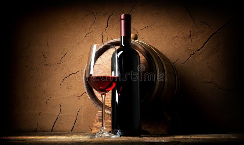 Oude wijn in kelder stock afbeeldingen