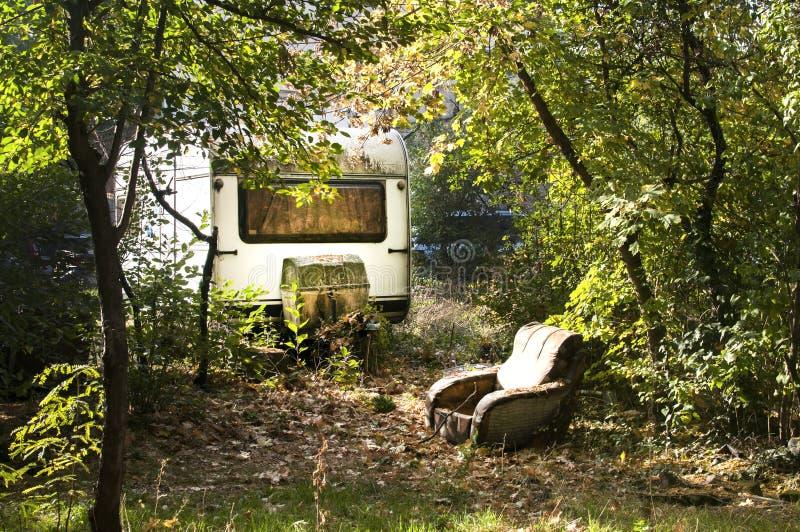 Oude wijnoogst verlaten caravan stock fotografie