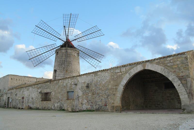 Oude windmolen stock foto's