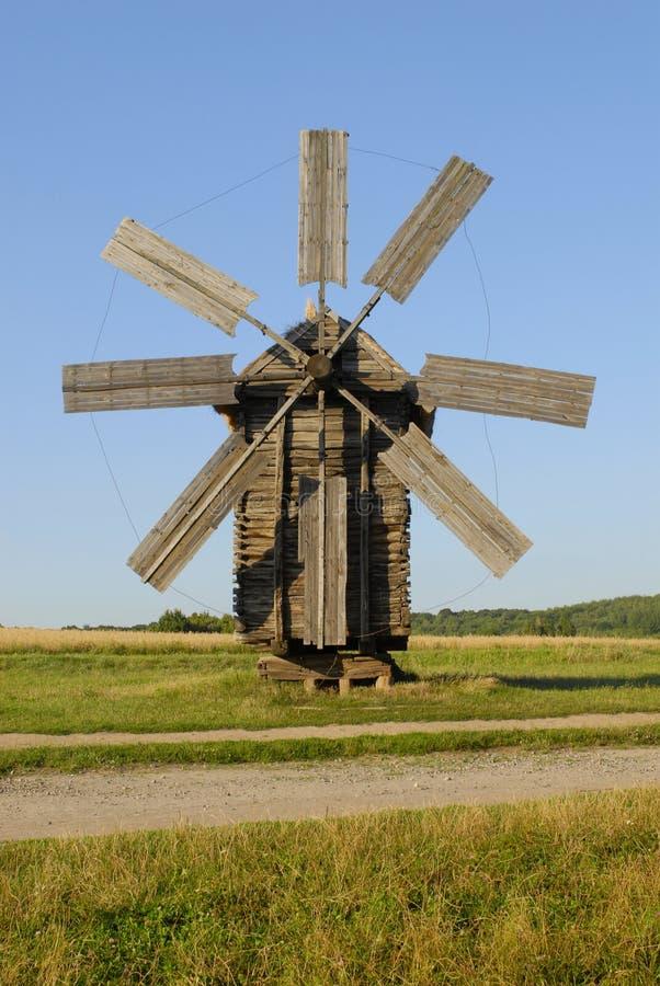Oude windmolen in de blauwe hemel royalty-vrije stock foto