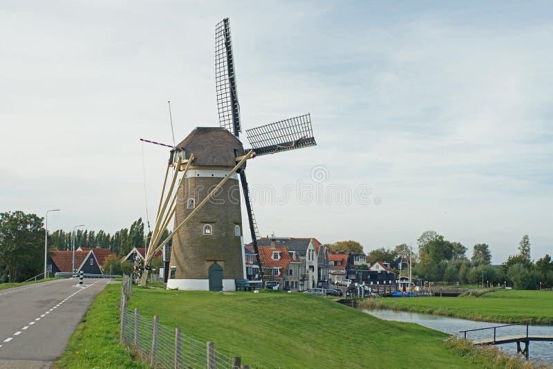 Oude windmolen in een klein dorp genoemd Nieuw Beijerland in Nederland stock foto's