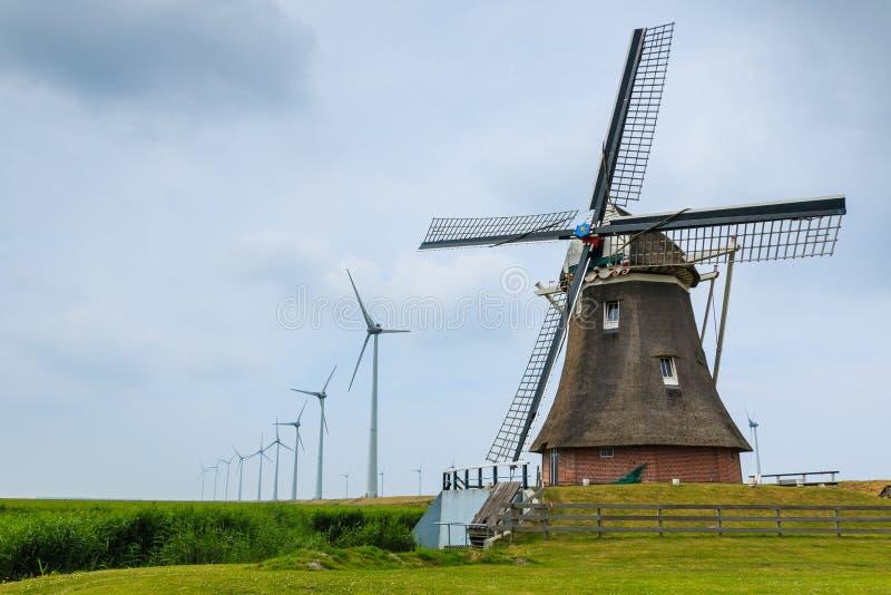 Oude windmolen en nieuwe windturbines royalty-vrije stock foto