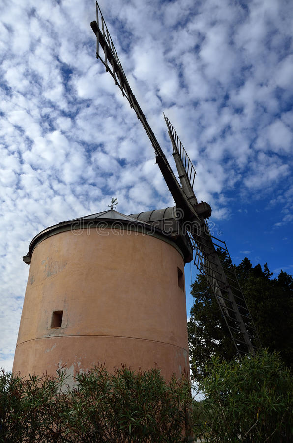 Oude windmolen in land royalty-vrije stock afbeelding