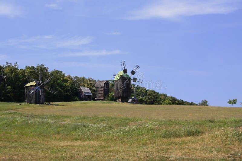 Oude Windmolen Oekraïense molen van de 19de eeuw De zomerlandschap, zonneschijn Dorp Pirogovo royalty-vrije stock foto's
