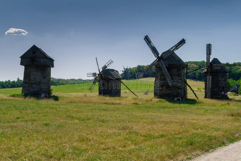 Oude windmolen op blauwe hemelachtergrond royalty-vrije stock afbeelding