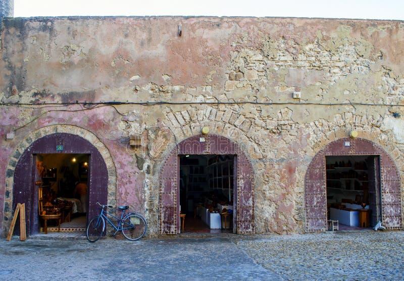 Oude winkelvoorzijden met fiets in Essaouira, Marokko royalty-vrije stock afbeeldingen