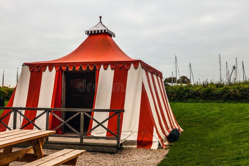 Oude wit-rode geteerd zeildoektent in Muiderslot-kasteel holland stock foto's
