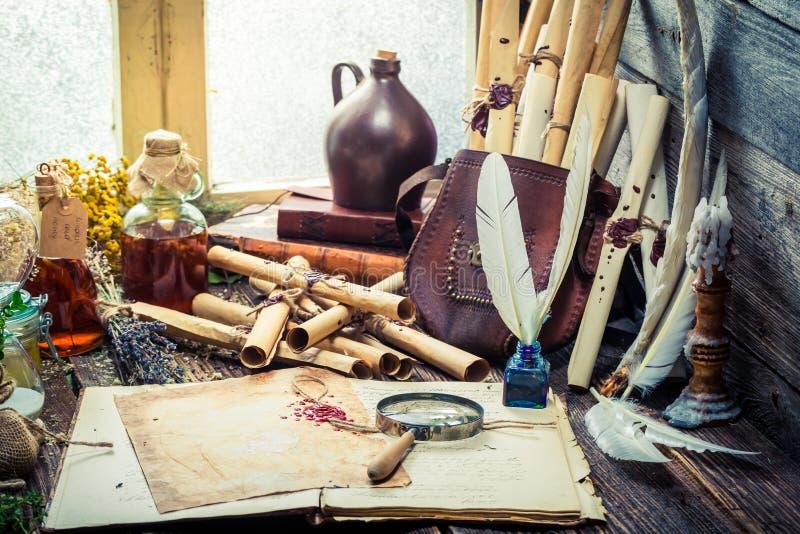 Oude witcher labolatory met rollen en ingrediënten royalty-vrije stock foto
