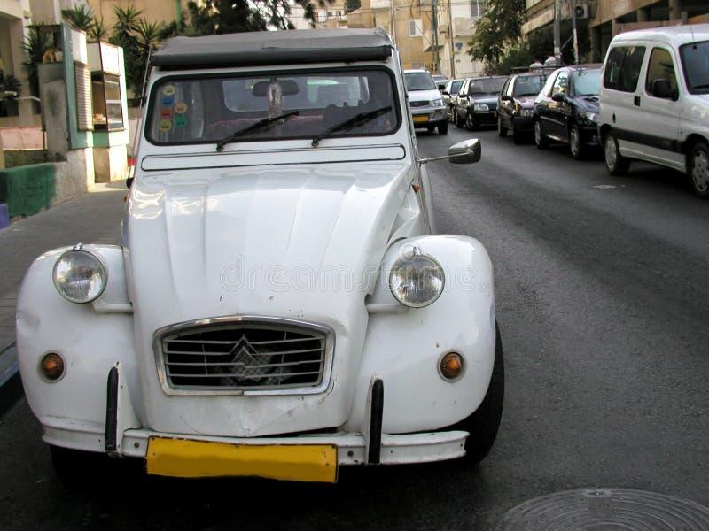 Oude witte auto stock afbeeldingen
