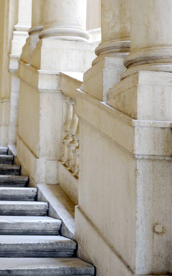Oude witte pijlers en treden in Rome royalty-vrije stock fotografie