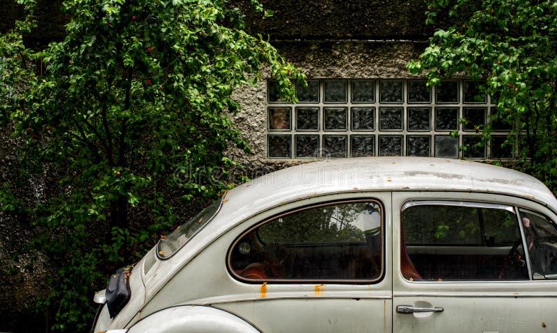 Oude Witte Volkswagen-auto royalty-vrije stock afbeelding