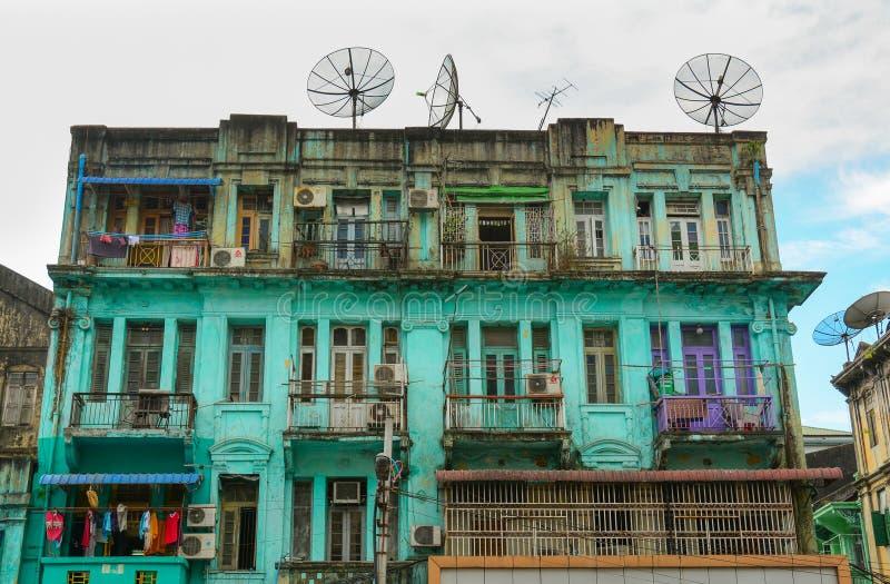 Oude woningbouw in Yangon, Myanmar stock afbeeldingen