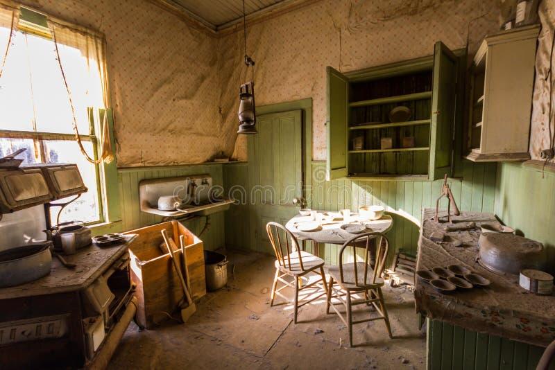 Oude Woonkamer In Spookstadlichaam Stock Foto - Afbeelding bestaande ...