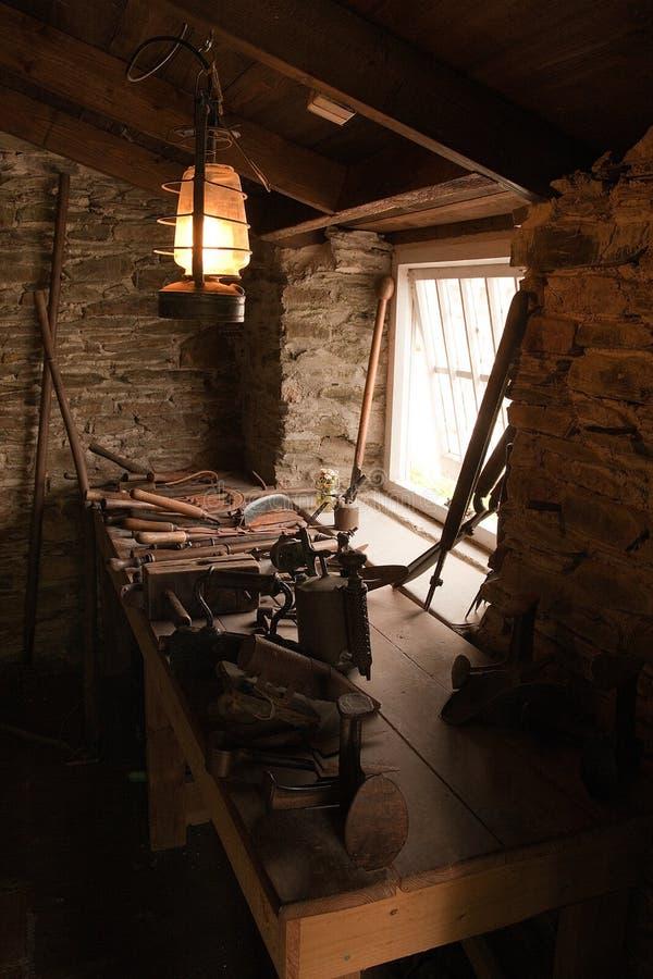 Oude workshop met hulpmiddelen stock fotografie