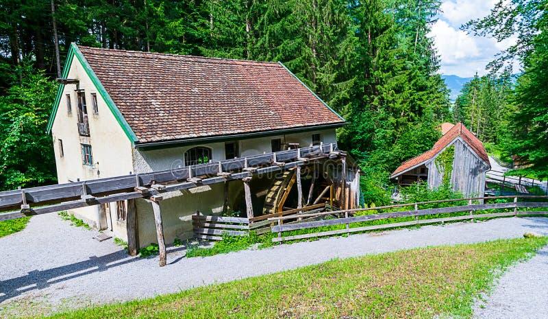 Oude workshops die door waterkracht worden aangedreven Een molen, een smid en een zaagmolen royalty-vrije stock fotografie