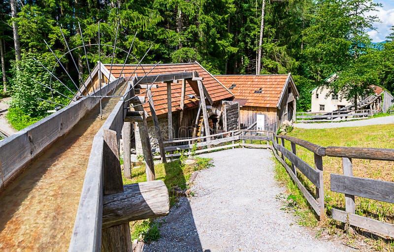 Oude workshops die door waterkracht worden aangedreven Een molen, een smid en een zaagmolen stock foto