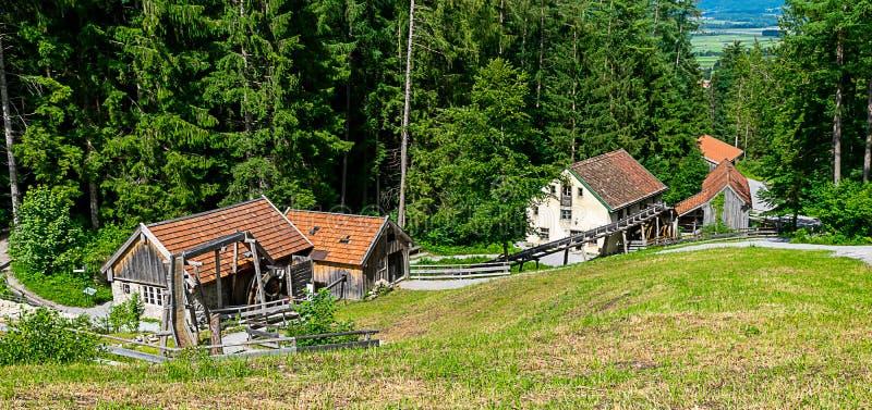 Oude workshops die door waterkracht worden aangedreven Een molen, een smid en een zaagmolen stock fotografie
