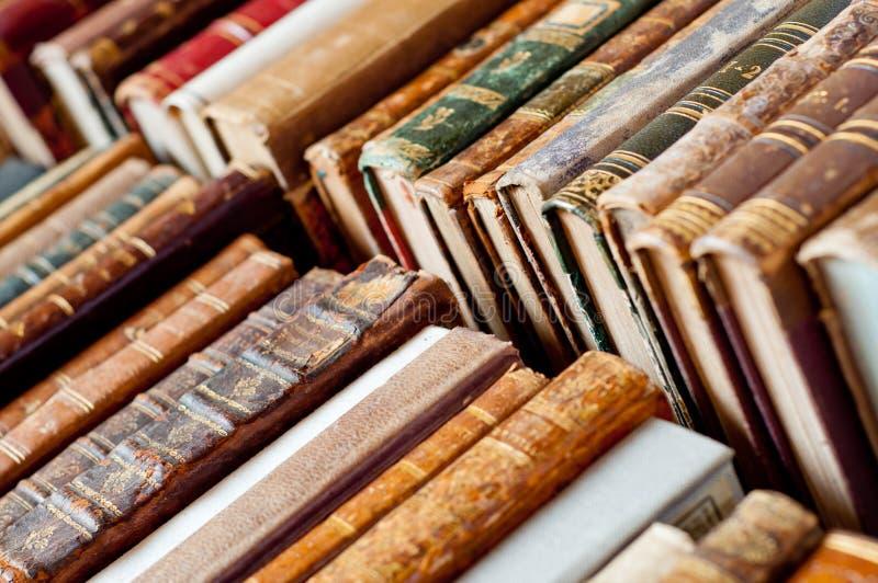 Oude zeldzame boekenachtergrond stock afbeelding