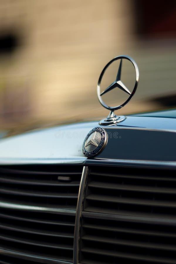 Oude zeldzame uitstekende groene Mercedes-Benz-kap, kenteken, radiatortraliewerk op vage achtergrond Het symbool van het rijke le royalty-vrije stock foto