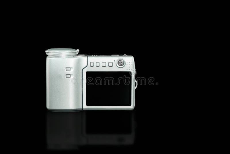 Oude zilveren compacte digitale camera op zwarte achtergrond stock foto