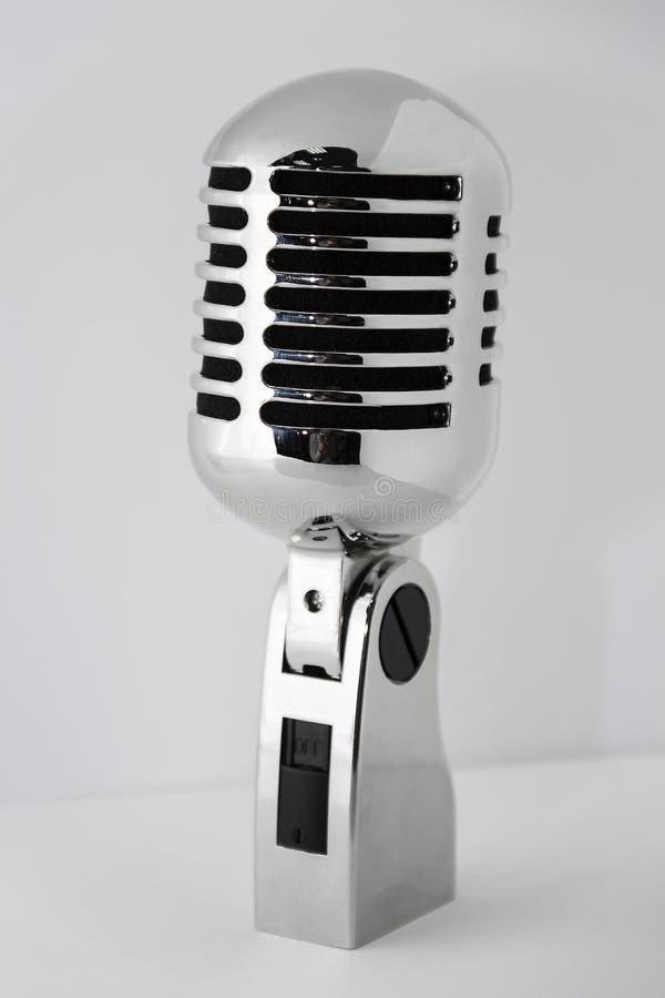Oude zilveren die microfoon op grijze achtergrond wordt geïsoleerd royalty-vrije stock foto
