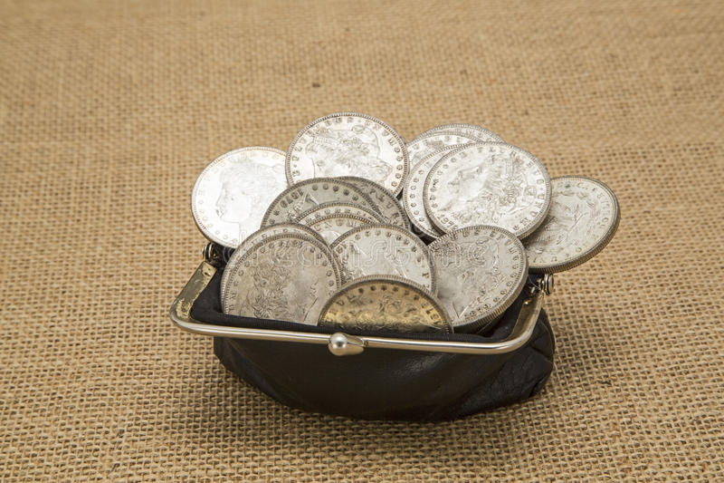 Oude zilveren dollars in de oude jute van de muntstukbeurs royalty-vrije stock fotografie