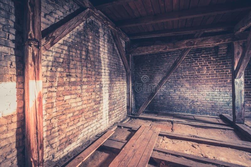 Oude zolderkamer, zolderzolder/dakbouw royalty-vrije stock afbeelding