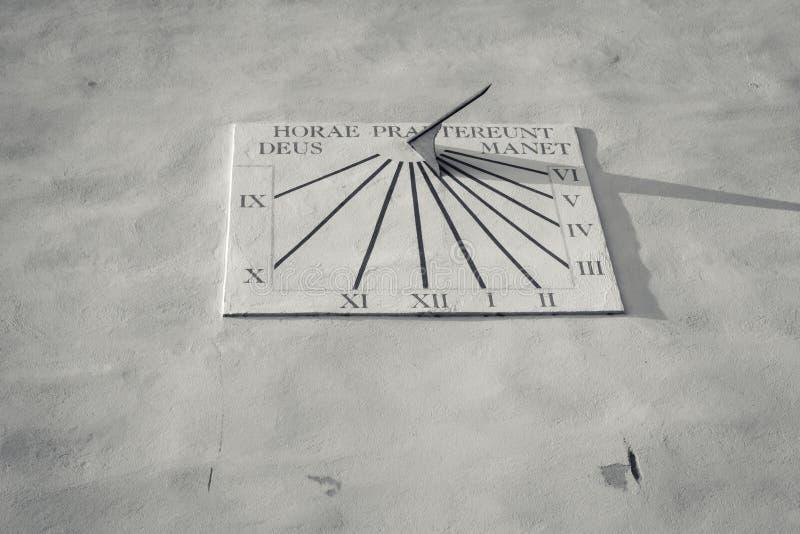 Oude zonneklok op kerk van Piran, Slovenië royalty-vrije stock fotografie