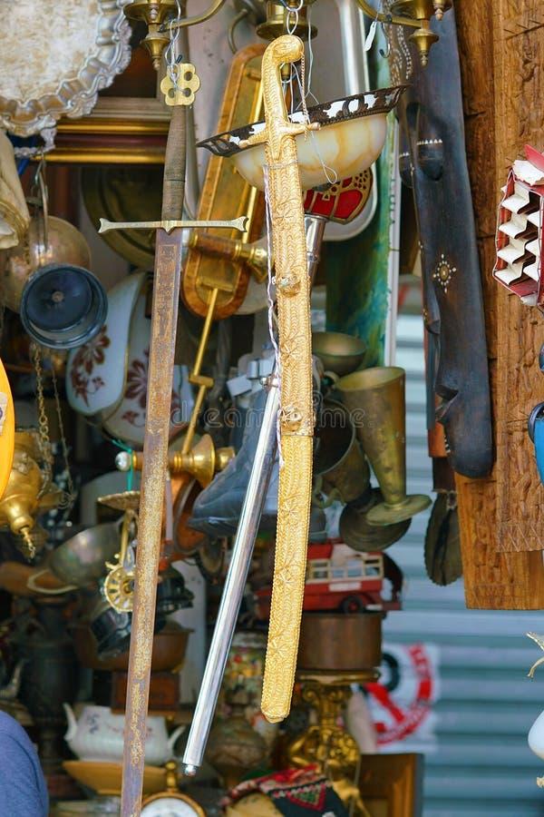 oude zwaarden bij de vlooienmarkt dichtbij Monastiraki stock afbeeldingen