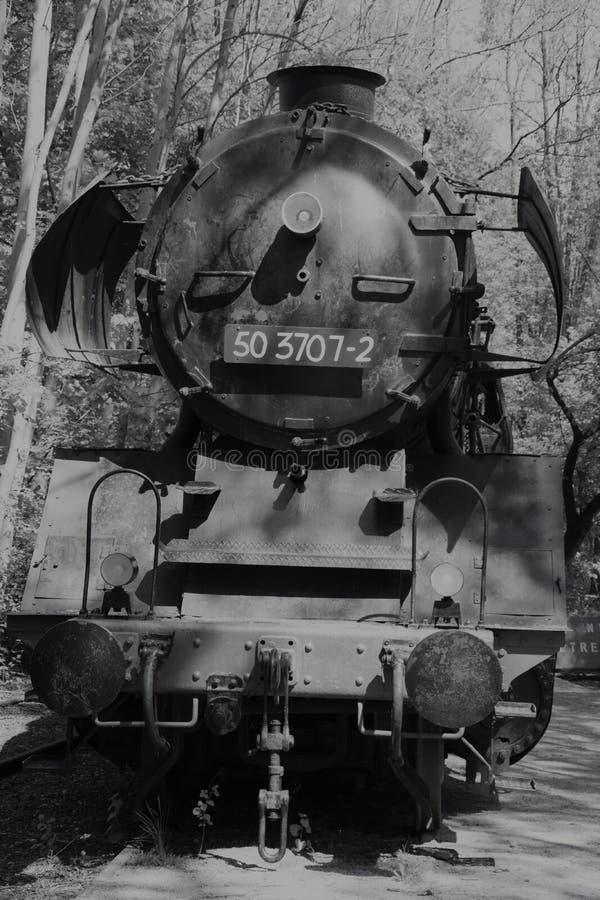 Oude zwart-witte locomotief vooruit royalty-vrije stock foto