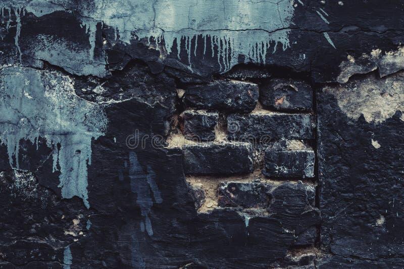 Oude zwarte dilapidated bakstenen muur met verfvlekken Stedelijke Textuur Uitstekende stijl Zwarte de steenachtergrond van de Gru stock afbeeldingen