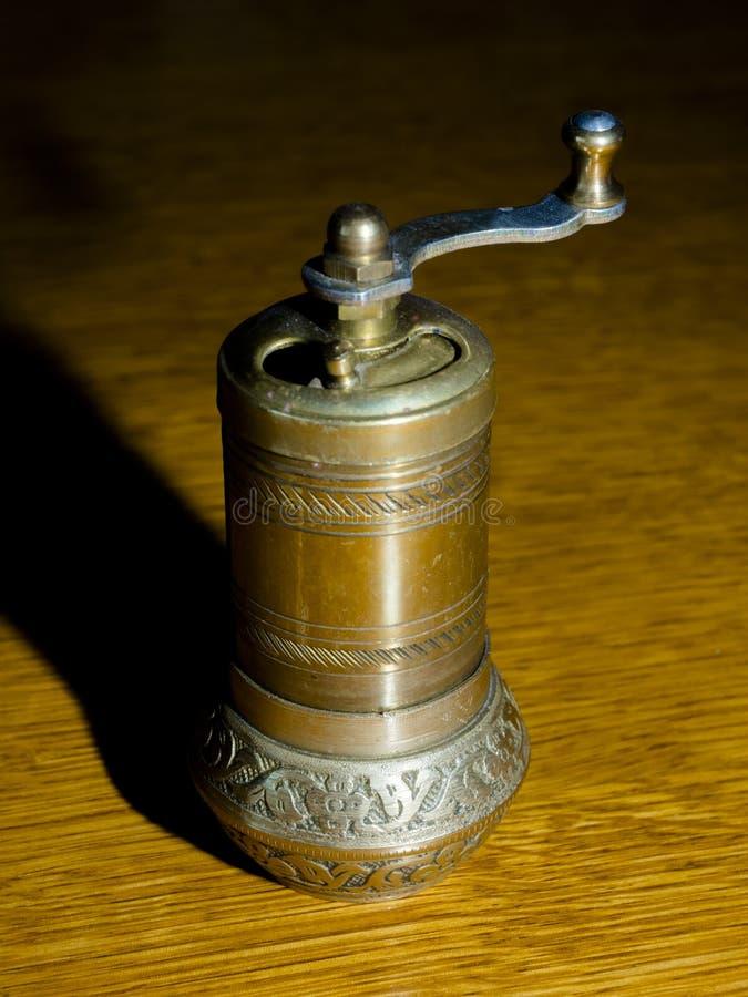 Oude zwarte peper-molen op tafel royalty-vrije stock fotografie