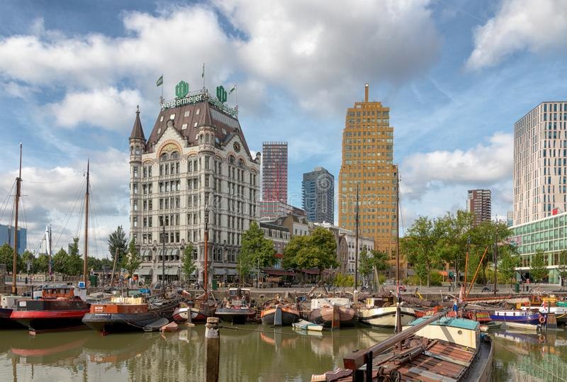 Oudehaven, Ρότερνταμ, οι Κάτω Χώρες - τον Ιούνιο του 2018: Άποψη του Witte Huis - Λευκός Οίκος - με τα ιστορικά σκάφη στο παλαιό  στοκ φωτογραφίες