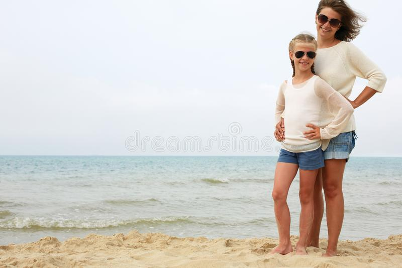 Ouder en kindrust op de zeekust stock fotografie