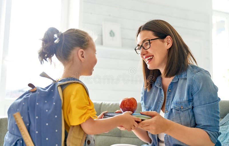 Ouder en leerling van kleuterschool stock afbeeldingen
