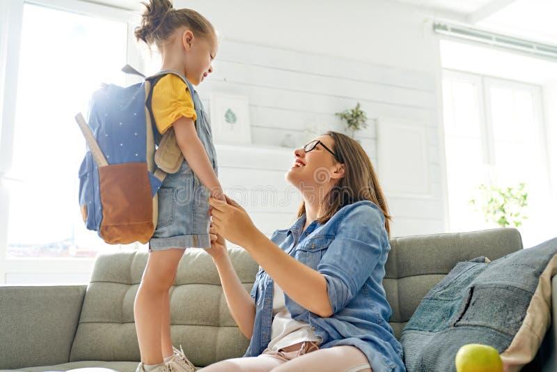 Ouder en leerling van kleuterschool royalty-vrije stock foto's
