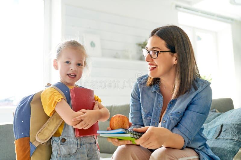 Ouder en leerling van kleuterschool stock afbeelding