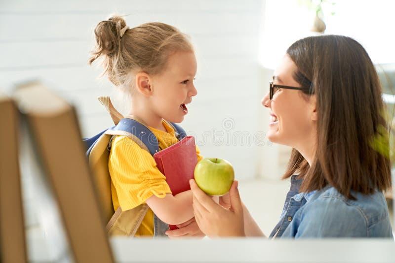 Ouder en leerling van kleuterschool royalty-vrije stock foto