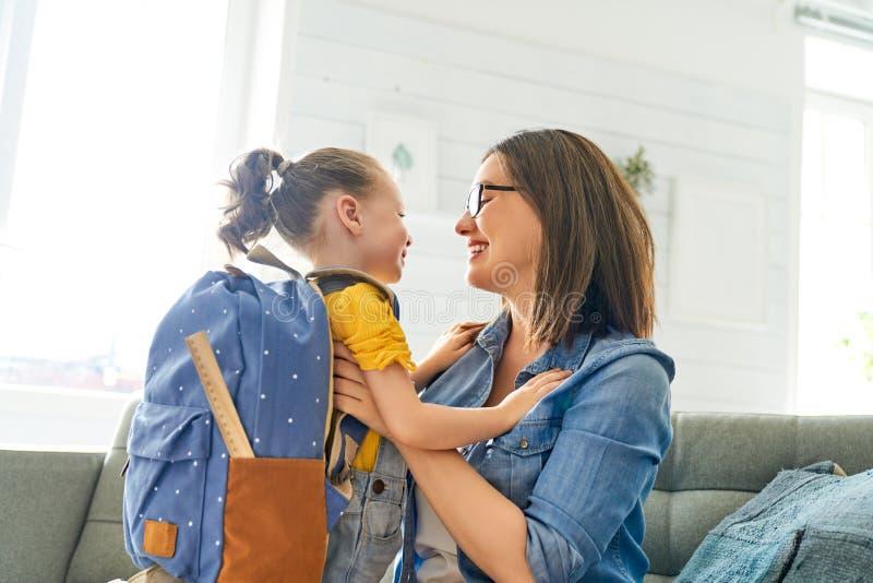 Ouder en leerling van kleuterschool royalty-vrije stock afbeelding