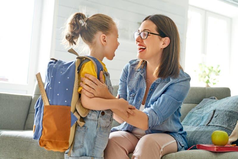 Ouder en leerling van kleuterschool stock fotografie
