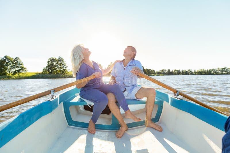 Ouder paar die in een boot zwemmen stock fotografie
