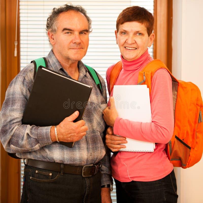 Ouder paar die het levenslange leren vertegenwoordigen Paar met school royalty-vrije stock foto's