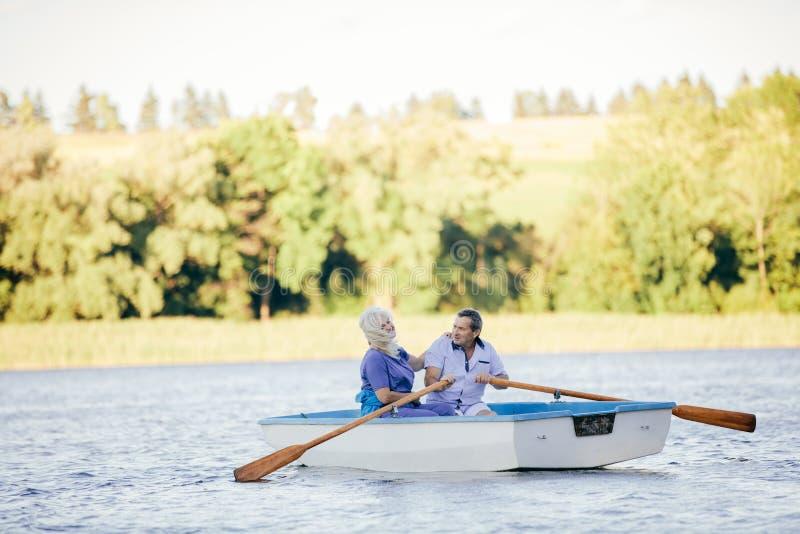 Ouder paar die op een meer zwemmen stock fotografie