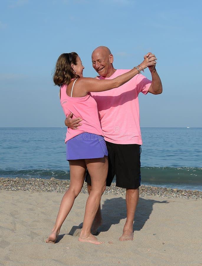 Ouder Paar die op een Strand dansen stock foto's